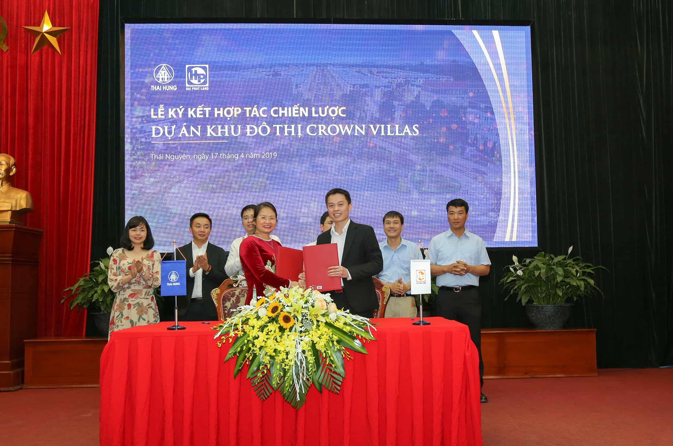 Đại diện Công ty Cổ phần Thương Mại Thái Hưng và đại diện Hải Phát Land thực hiện ký kết hợp tác chiến lược
