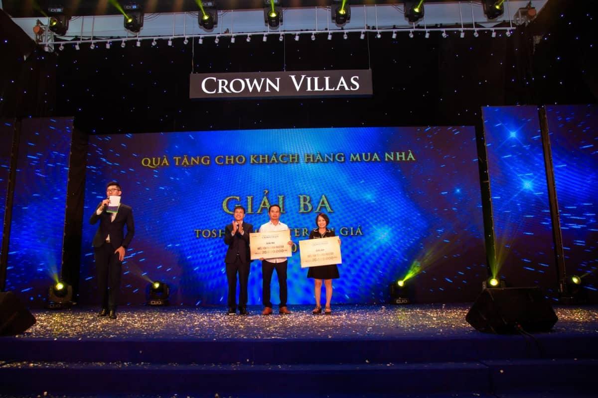 Những chủ nhân may mắn khi vừa chọn mua thành công căn hộ tại Crown villas vừa bốc thăm trúng thưởng những phần quà giá trị